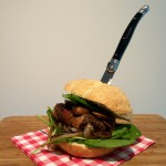 Super-de-luxe weekendburger met blauwe kaas en bacon