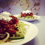 Courgetti met rode pastasaus en hüttenkäse