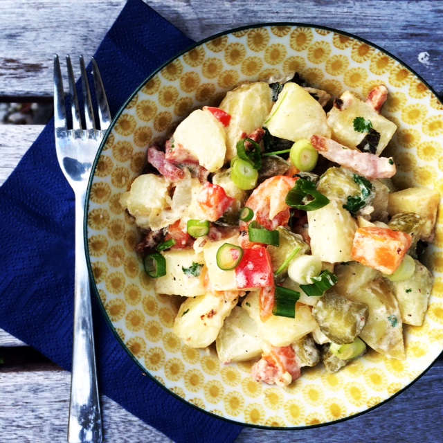 Simpele aardappelsalade met augurk & spekjes