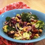 Broccolisalade met yoghurtdressing, nootjes & rozijnen