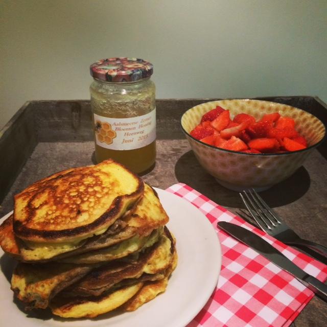 Fluffy yoghurt-pannenkoekjes met honing & vers fruit