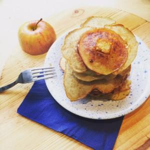 Boekweitpannenkoekjes met appelschijfjes, banaan & kaneel