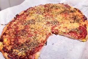 Homemade pizza met tonijn, salami & oude kaas