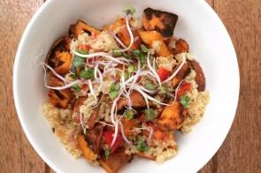 Pittige quinoasalade met zoete aardappel & kiemgroenten